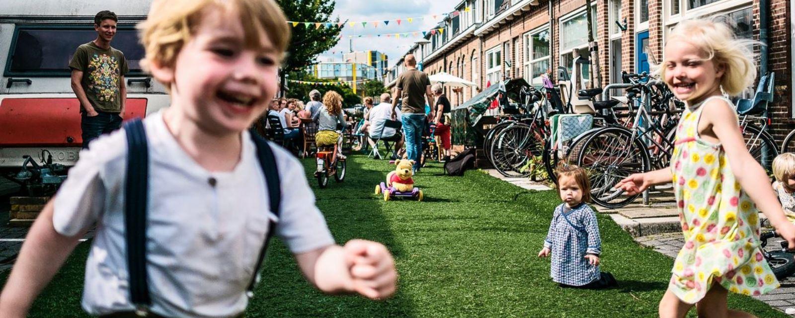 <h2>Publieke ruimte</h2><div>De publieke ruimte is van iedereen. Ze moet uitnodigen en plaats bieden voor ontmoeten, spelen, groen... maar uiteraard ook verkeer. Voetgangers en fietsers in de eerste plaats.</div>
