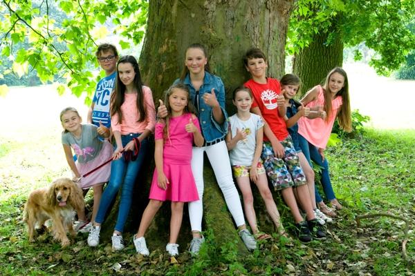 kinderen rond een boom