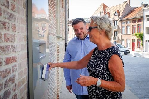 Mechelaar Bea De Borger levert haar vakantieboeken weer in via de slimme inleverbus aan Het Predikheren.
