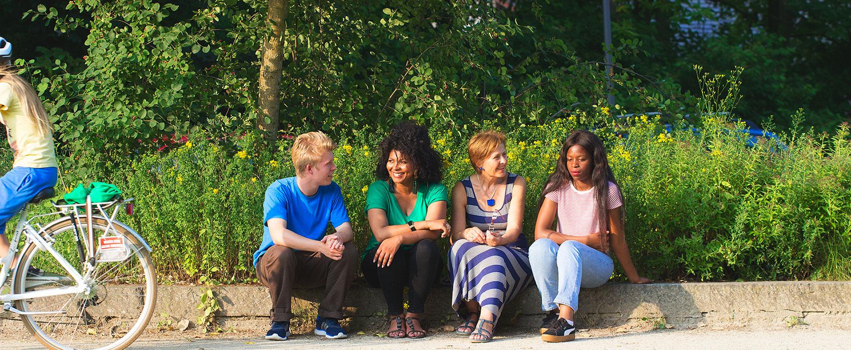 <h2>Ontmoeten & verbinden</h2><div>We stimuleren positief samenleven in alle diversiteit. We pakken de uitdagingen op dit vlak aan en zetten in op een positief beleid om elkaar te leren kennen. We hebben daarbij extra aandacht voor wie uit de boot dr