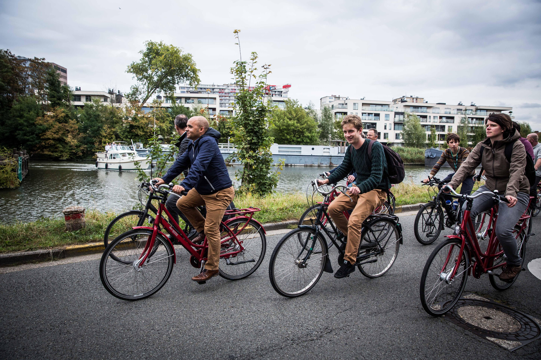 <h2>Mobiliteit</h2> <div>Zuivere lucht en minder auto's, daar gaan we voor. We stappen en fietsen meer en nemen vaker het openbaar vervoer. Zo maken we onze lucht gezonder en de files korter. </div>