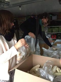 Vrijwilligers stellen voedselpakketjes samen