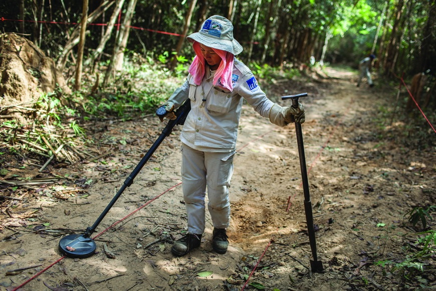 c_Nicolas_Axelrod_handicap_international_demining_Laos.jpg