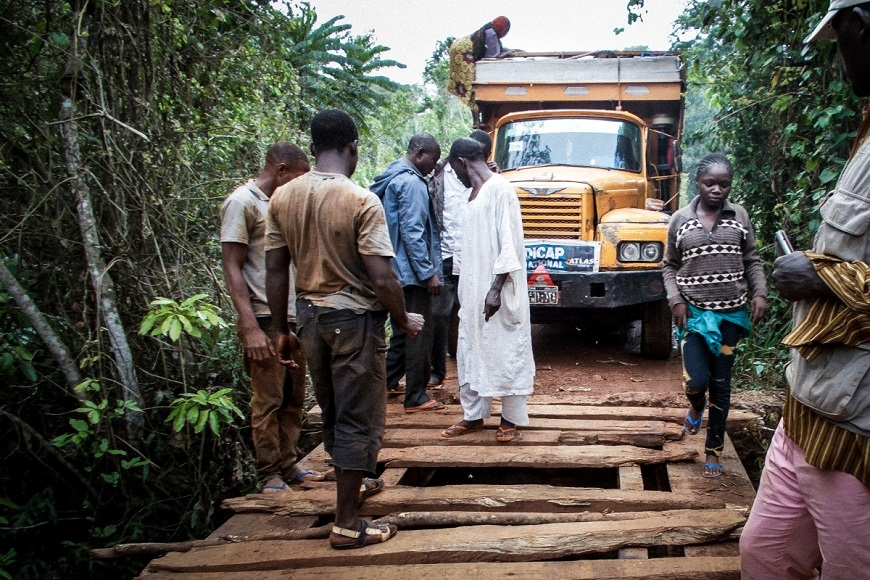 c_Handicap-International__Truck_loaded_with_humanitarian_aid_approaches_a_makeshift_bridge.jpg
