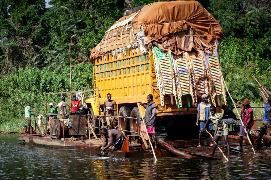 c_Handicap-International__Truck_loaded_with_humanitarian_aid_crosses_water.jpg