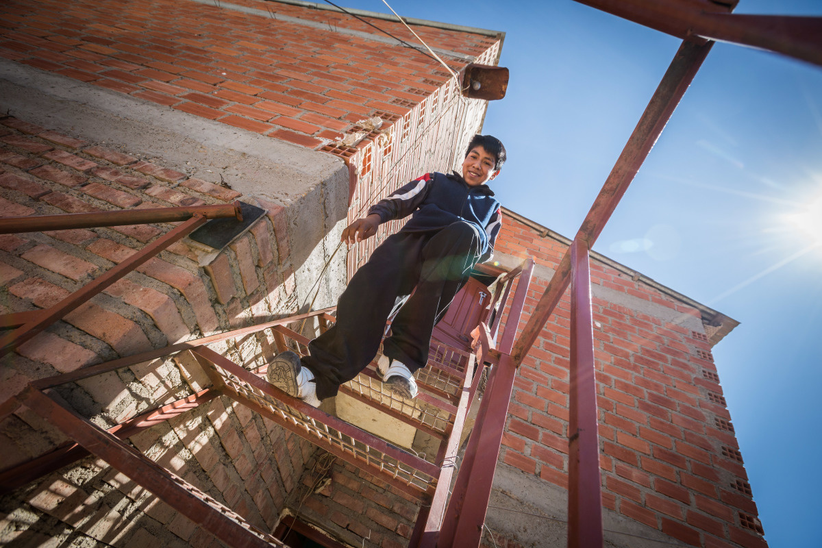 c_J-Tusseau_Handicap-International__Ismael_walking_down_a_flight_of_stairs_outside_of_a_building_in_Bolivia.jpg
