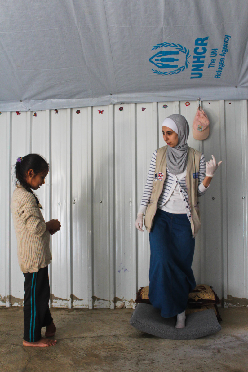 c_E-Fourt_Handicap-International__Shuaa_works_with_HI_physical_therapist_Noor_at_the_Azraq_camp_in_Jordan.jpg