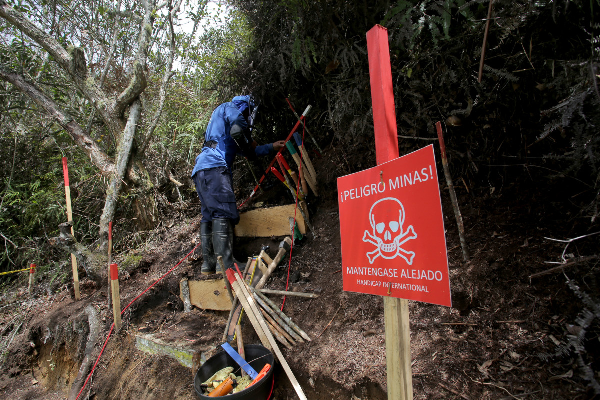 c_JM-Vargas_Handicap-International__A_deminer_in_Colombia_looks_for_UXO_on_a_steep_hill.jpg