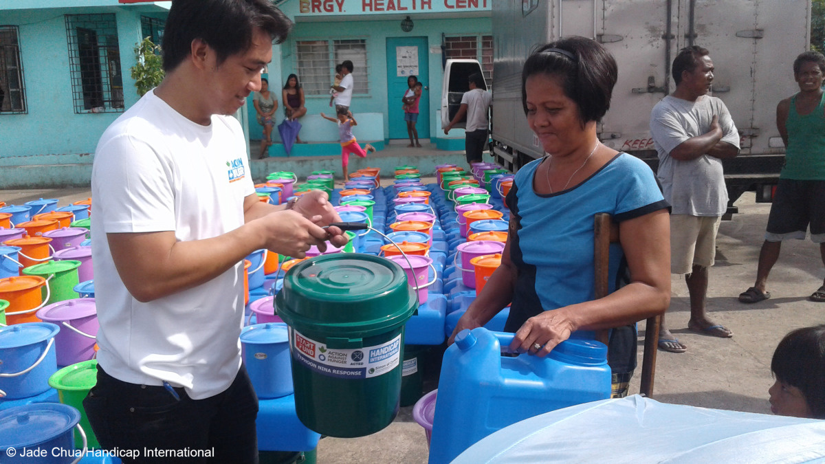 c_Jade-Chua_Handicap-International__HI_staff_distribute_aid_to_people_in_the_Philippines_after_Nock_Ten.jpg