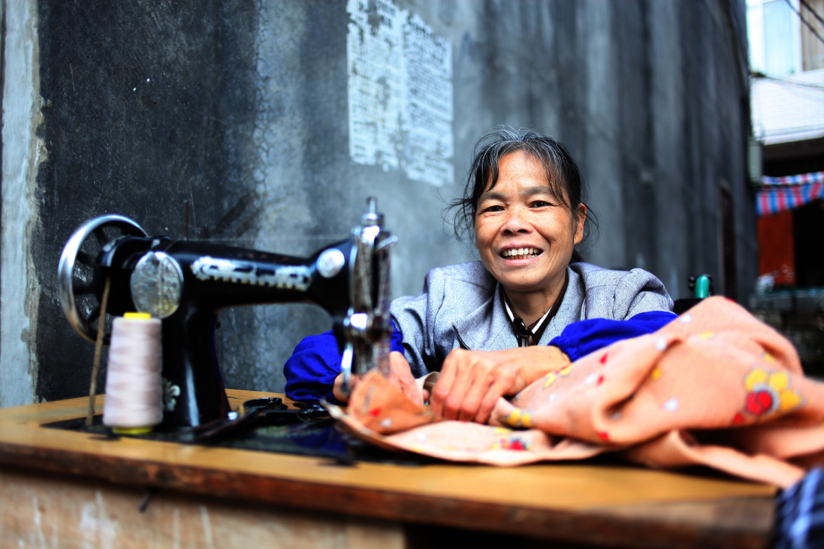 c_Yan-Lei_Handicap-International__Lan_Yuefeng_who_is_in_a_wheelchair_works_as_a_seamstress_in_China_thanks_to_support_from_HI.jpg