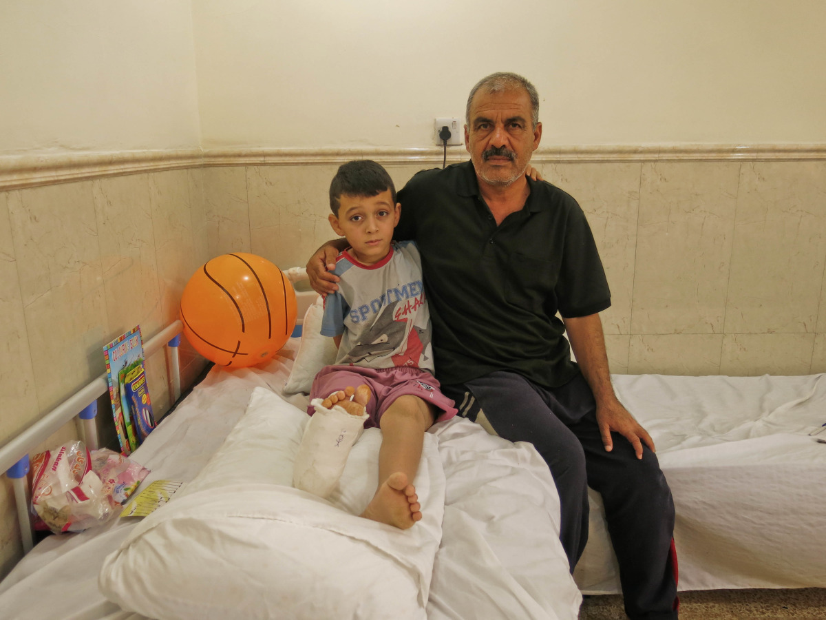 c_E-Fourt_Handicap-International__Hossam_and_his_father.jpg