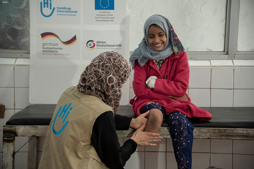 Fatehia, 10, who lost her leg in a bombing in Yemen, receives rehabilitation support from Humanity & Inclusion's team.