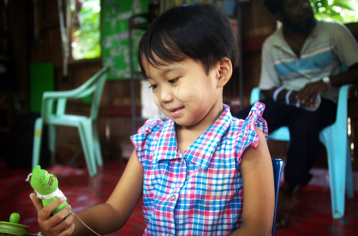 c_W-Huyghe_Handicap-International__Julia_plays_at_a_refugee_camp_in_Thailand.jpg