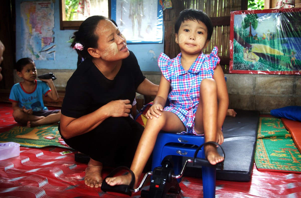 c_W-Huyghe_Handicap-International__Julia_with_her_mother_at_a_refugee_camp_in_Thailand.jpg
