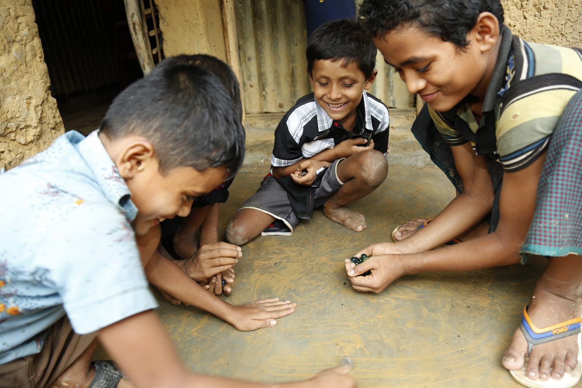 c_S-Ahmed_Handicap-International__Refugee_children_in_Bangladesh_play_with_marbles.jpg