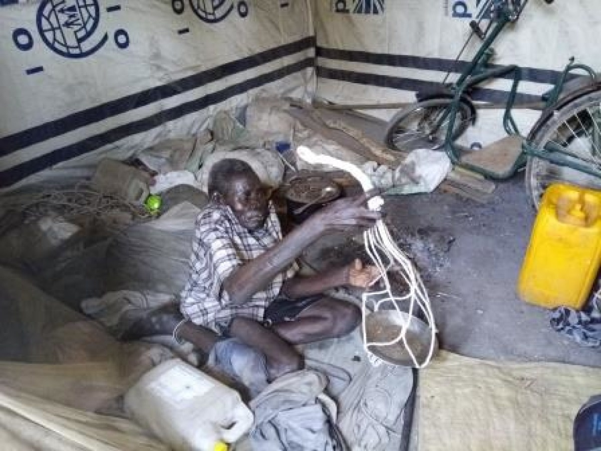 c_Joseph-Rasi_Handicap-International__Ugock_shows_our_team_the_dish_hangers_he_is_making_to_generate_income_in_South_Sudan.jpg