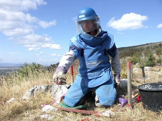 c_P-Vermeulen_Handicap-International_LandMineBanUS_MaleDeminer.jpg