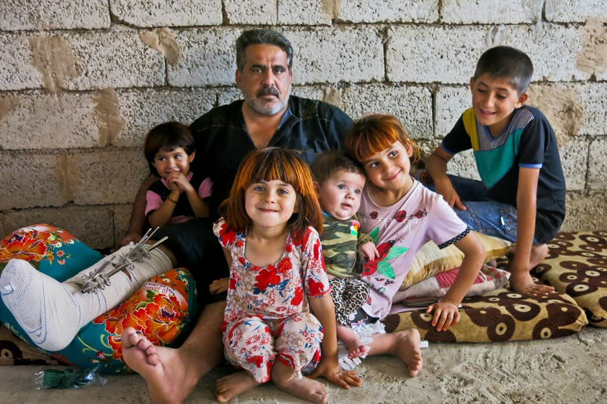 c_E-Fourt_Handicap-International__Saadi_sits_with_his_children_in_Iraq.jpg