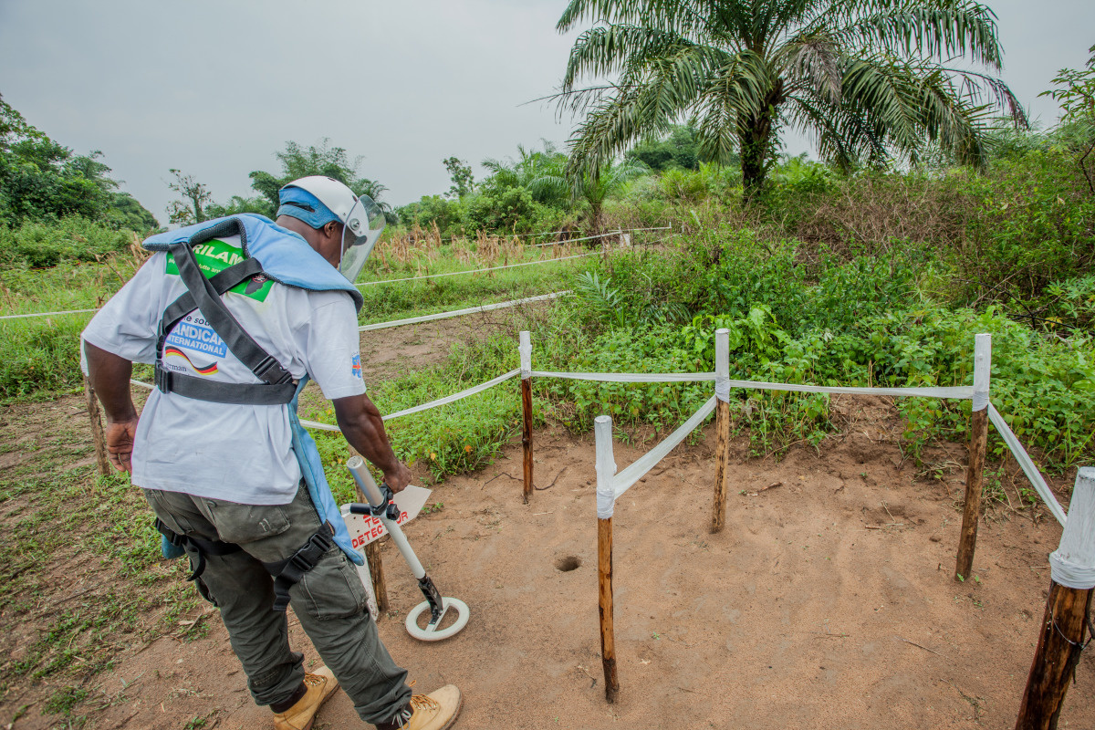 c_Kelvin-Batumike_Handicap-International__Deminer_in_Congo_using_a_mine_detector_to_find_UXO.JPEG