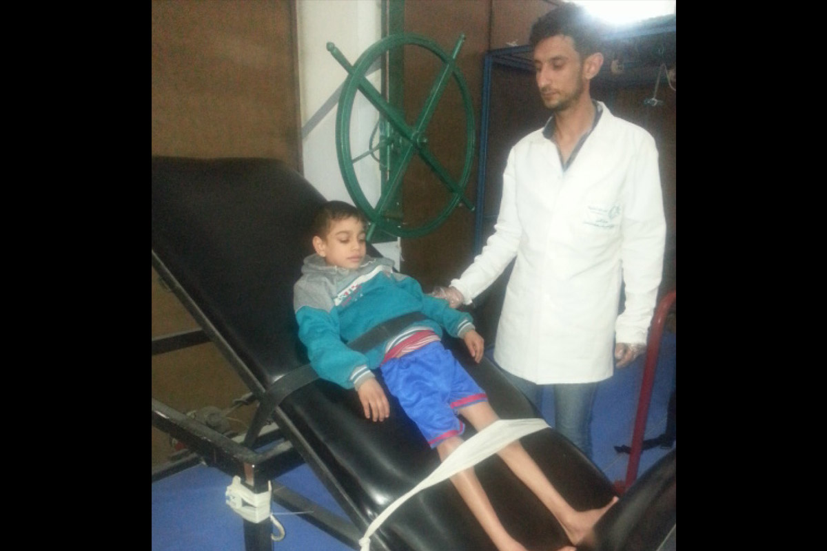 c_E-Fourt_Handicap-International__Firas_receives_PT_after_being_injured_in_an_airstrike_in_Syria.jpg