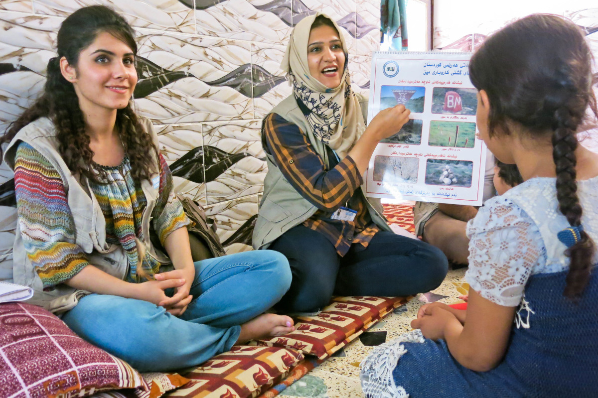 c_E-Fourt_Handicap-International__A_woman_in_Iraq_teaches_children_about_the_risk_of_mines_through_mine_risk_education.jpg