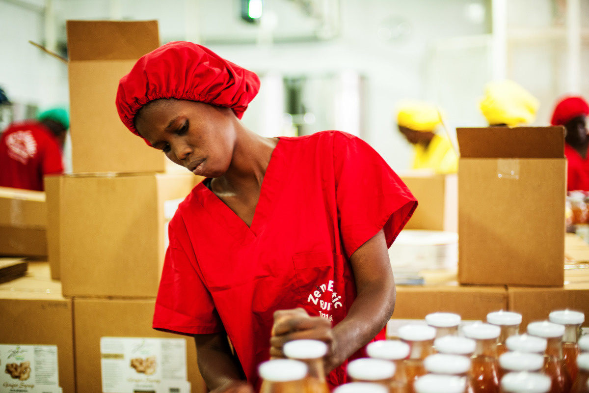 c_E-FitteDuval_Handicap-International__Faw_Seuth_Ndiaye_is_a_handler_at_the_fruit_processing_firm_Zena_in_Senegal.jpg