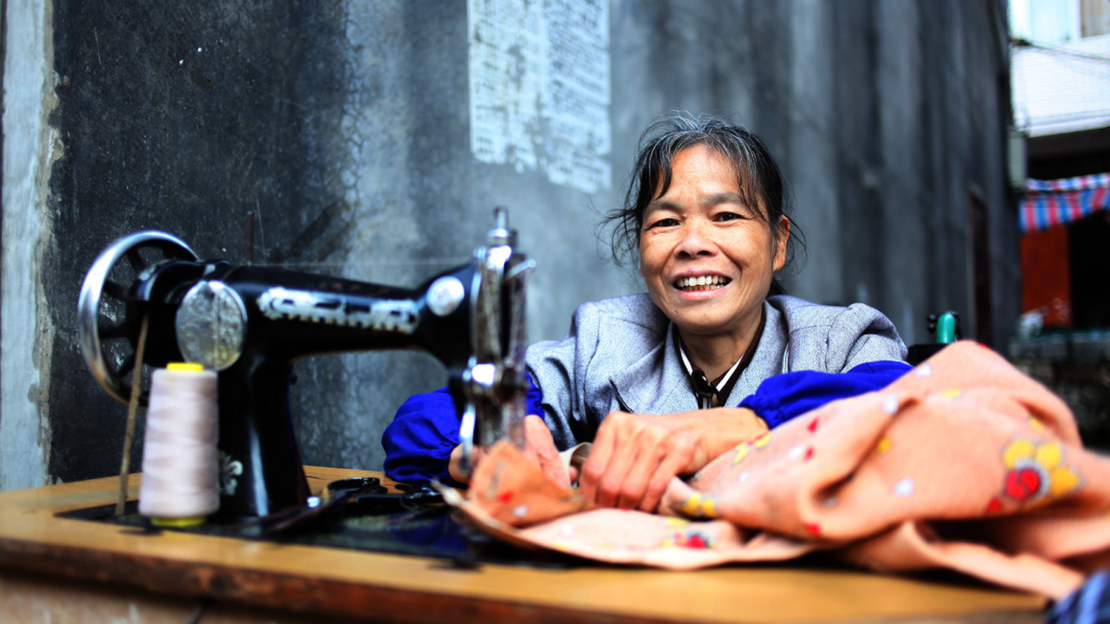 Lan Yuefeng who is in a wheelchair works as a seamstress in China thanks to support from HI