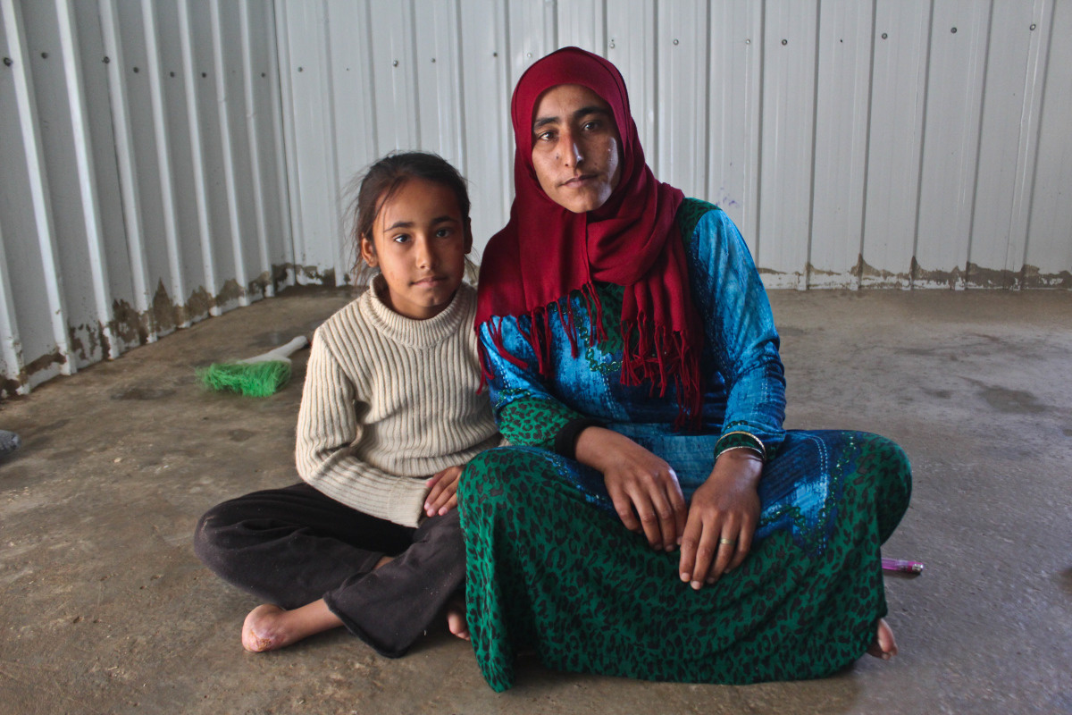 c_E-Fourt_Handicap-International__Shuaa_and_her_mother_at_the_Azraq_camp_in_Jordan.jpg