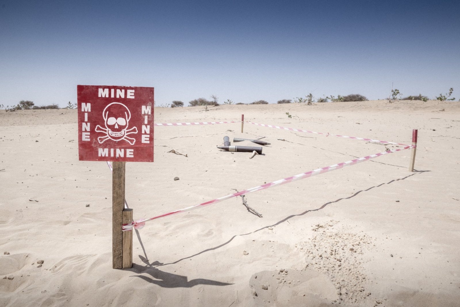 c_Benoit-Almeras_HI__A_mine_explosive_sign_place_in_Chad_by_HI.jpg