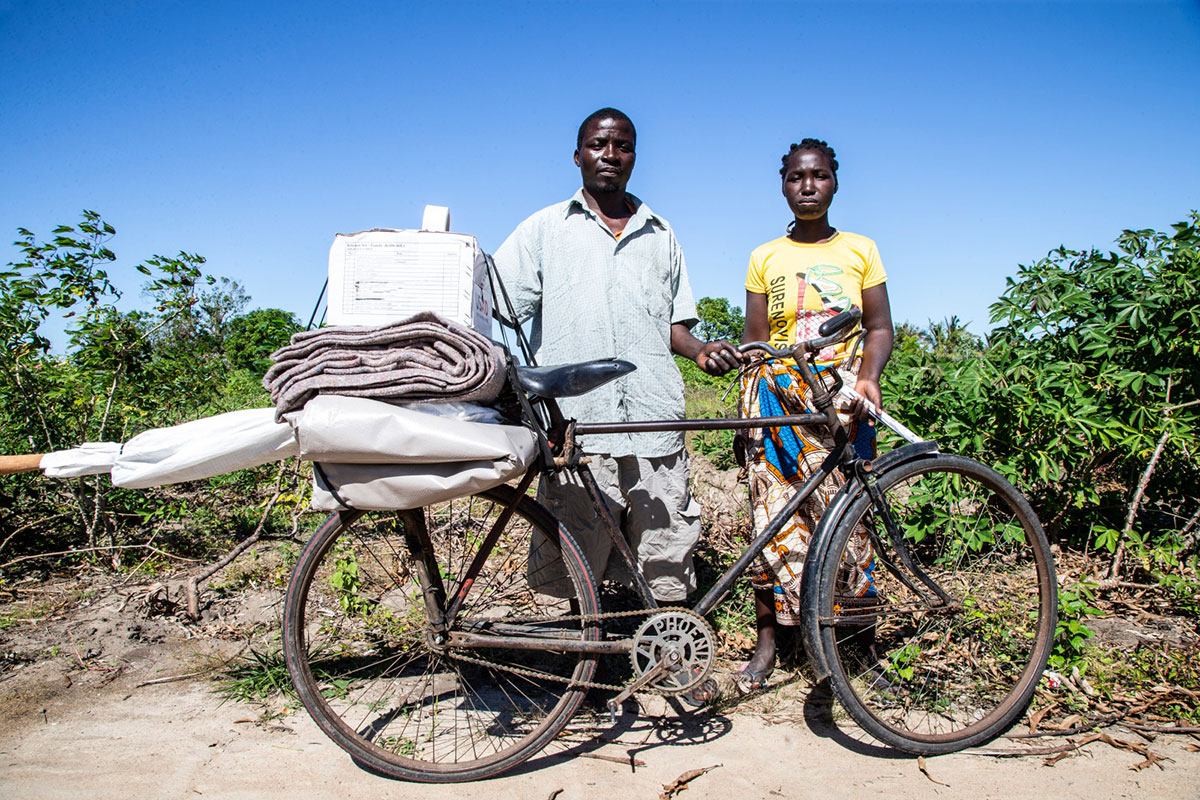 c_A-Neuves_HI__A-couple-in-Mozambique-carries-humanitarian-aid-from-HI-on-their-bicycle.jpg
