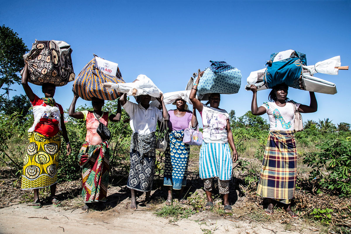 c_A-Neuves_HI__Women-in-Mozambique-carry-humanitarian-aid-received-from-HI.jpg