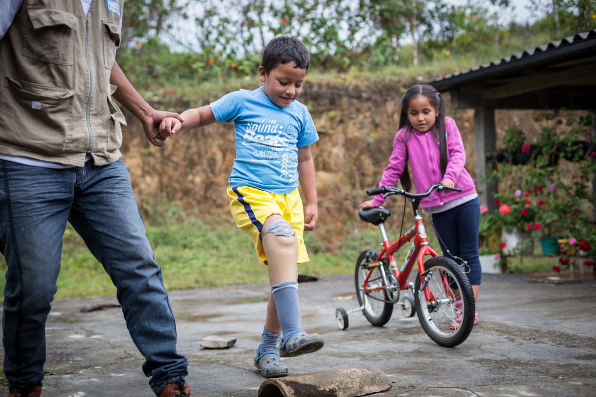 c_Jules-Tusseau_HI__Juan-Jose-walks-on-his-new-prosthetic-leg-with-support-from-an-HI-physical-therapist-in-Colombia.jpg