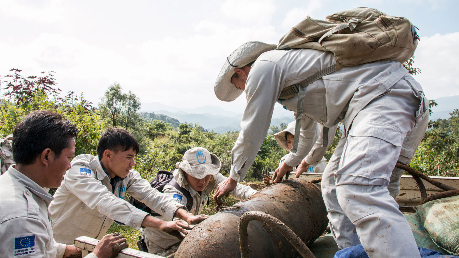 Laos-deminers-remove-a-huge-bomb-from-the-ground-and-move-it-to-an-area-where-it-can-be-destroyed