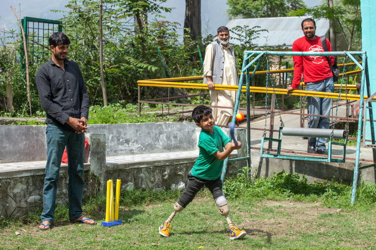 c_Lucas-Veuve_HI__Fayaz-swings-a-cricket-bat-while-stnading-on-his-two-prosthetic-legs-in-India.jpg