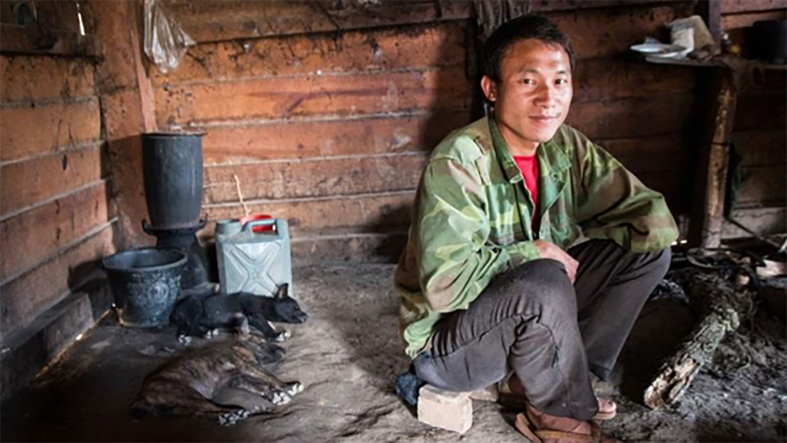 Chue-Por-Vang -sits-in-his-home.-He-was-injured-by-a-mine-in-Laos