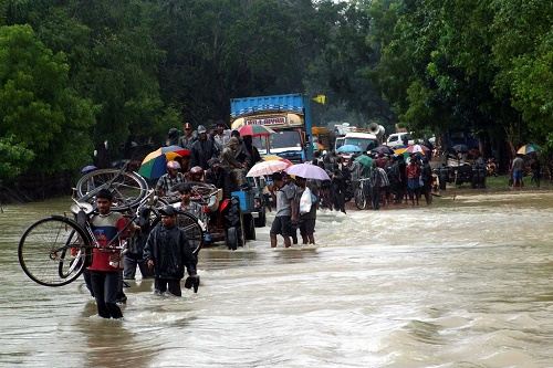 People_fleeing_floods_on_Sri_Lanka_(1).jpg