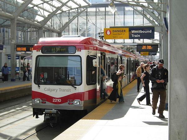 calgary_transit_LRT_wikimedia_commons.JPG