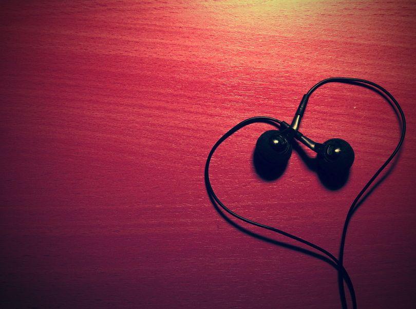 Music-Love-Headphones-2013-Wallpaper.jpg