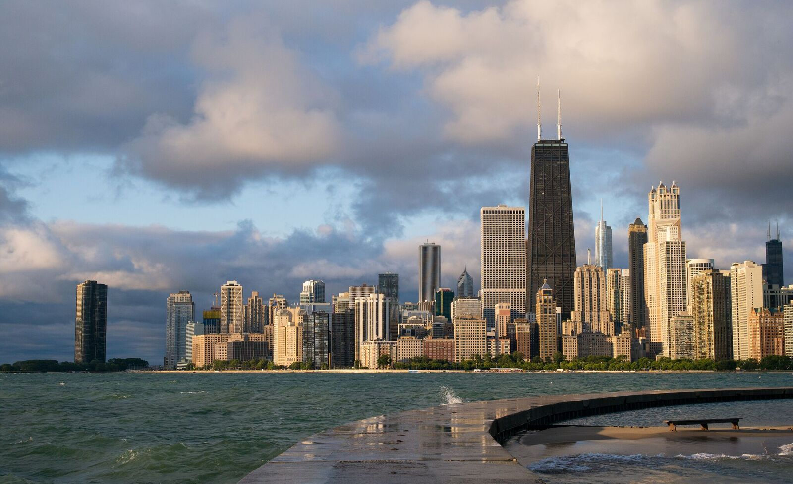 Flickr_Chicago_Lit_by_Morning_Sun_Roman_Boed.jpg