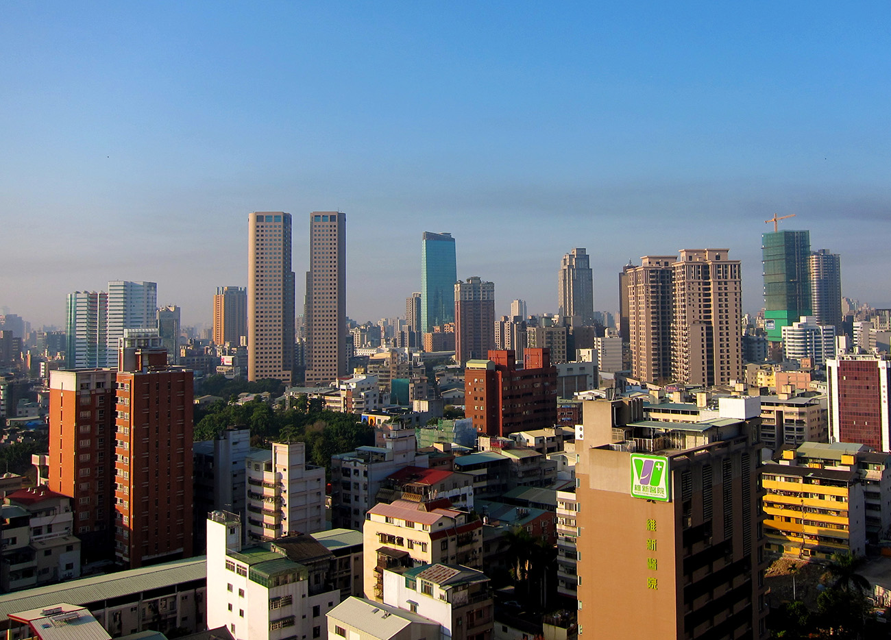 Taichung_skyline_on_a_clear_day.JPG