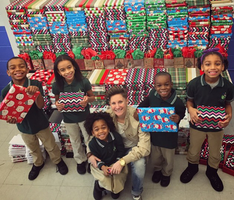 Christmas Presents For Teachers.Amazing Teacher Gives All 500 Of Her Students A Christmas