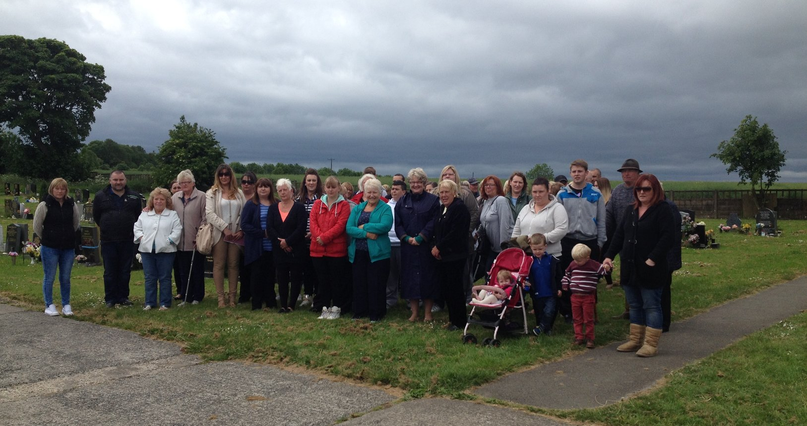 Helen_with_local_families__Coundon_Cemetery.jpg