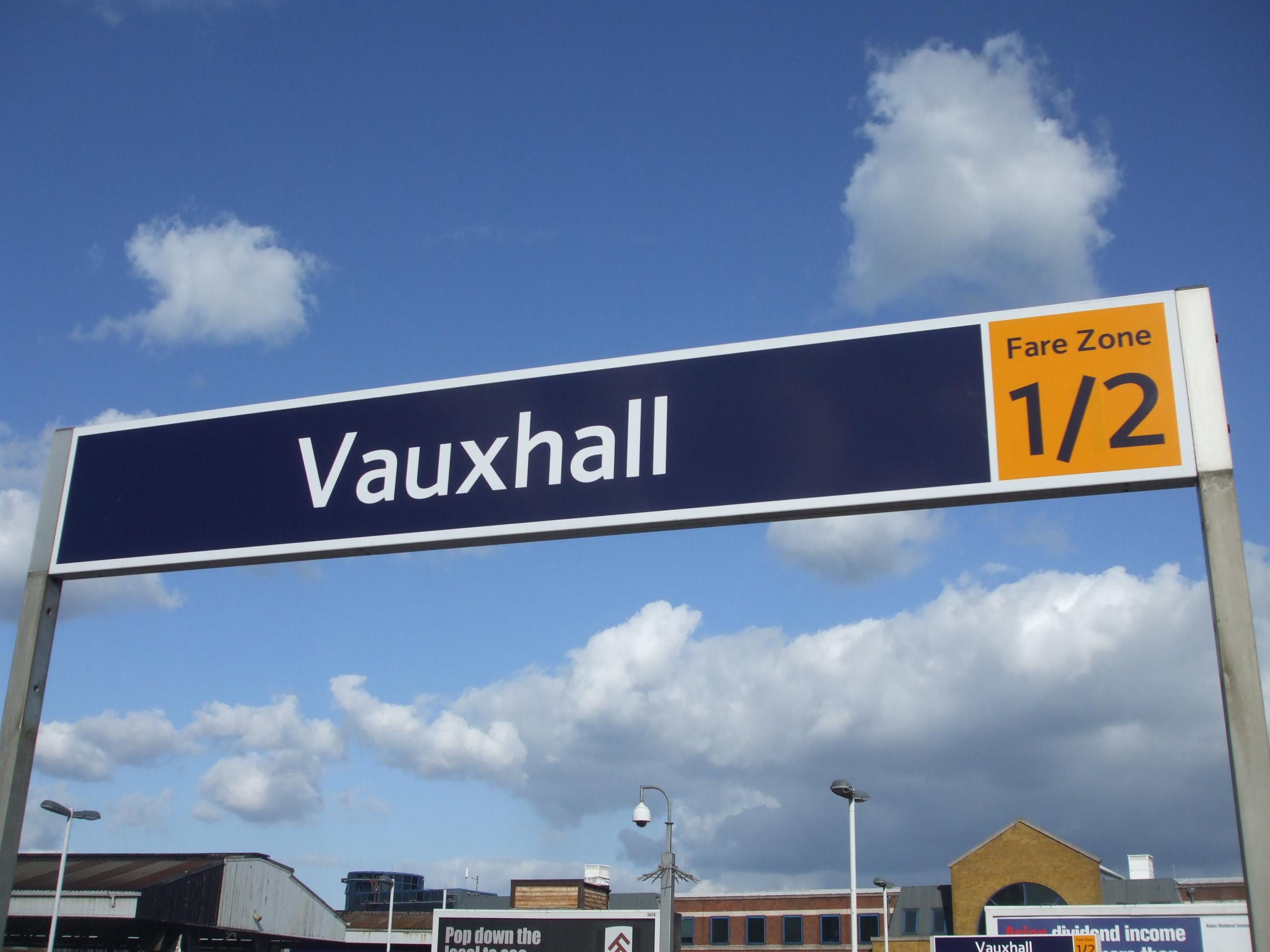 Vauxhall_station_mainline_signage_2010.JPG