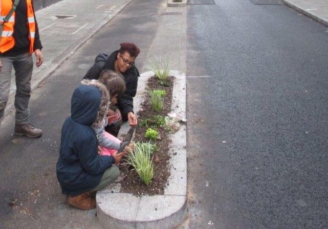 PIC_6_Community_planting_group_making_Vauxhall_St_segregated_cycling_loo_nicer_for_all.jpg