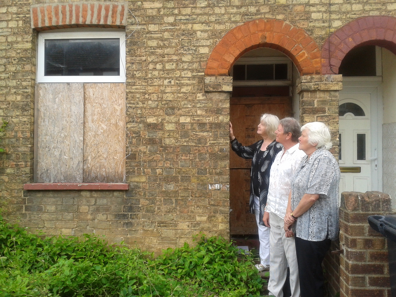 Cllrs_Colleen_Atkins__Shan_Hunt___Sue_Oliver_at_26_Edward_Road_Empty_property.jpg