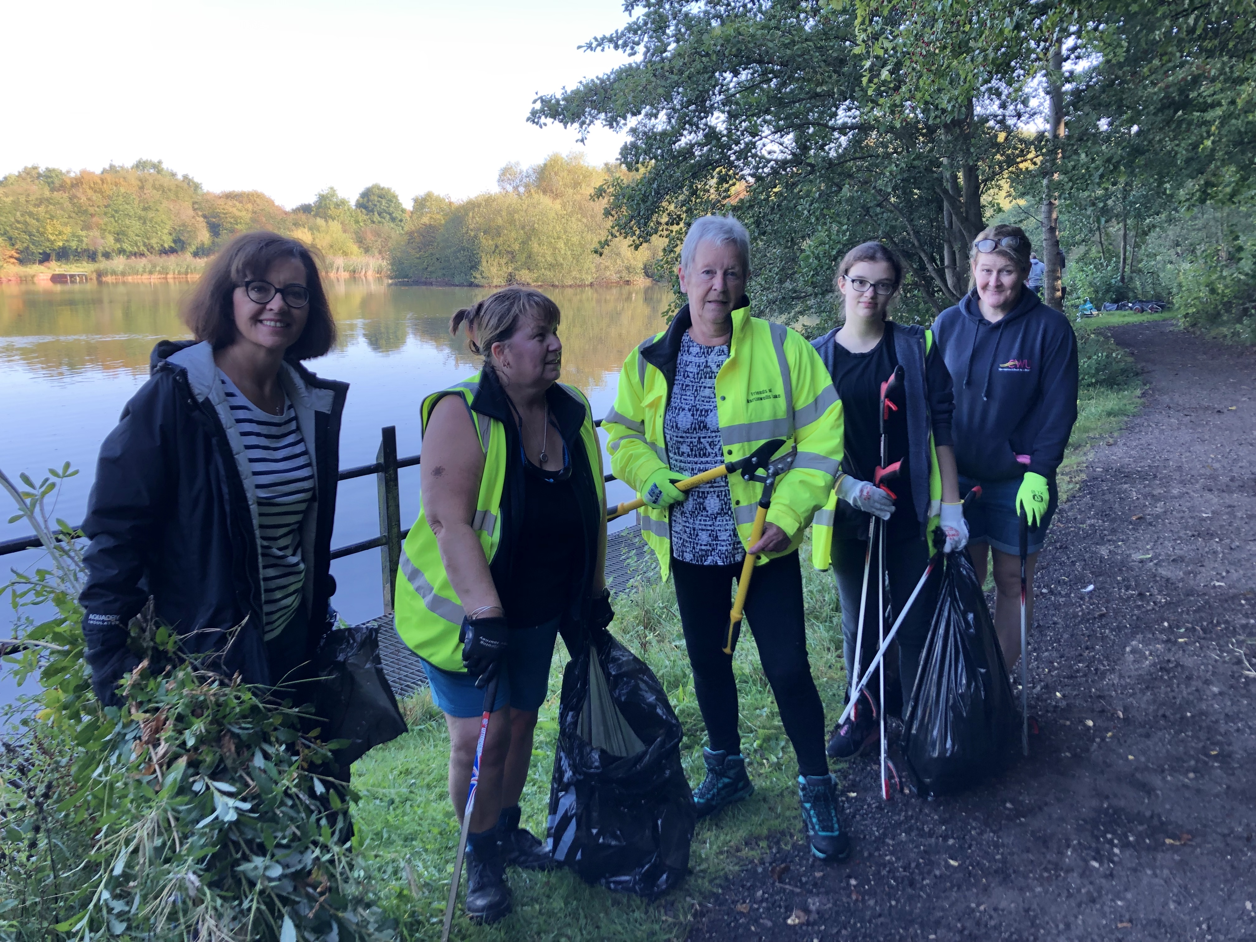 MW_lake_group_pic_litter_pick1019.jpg