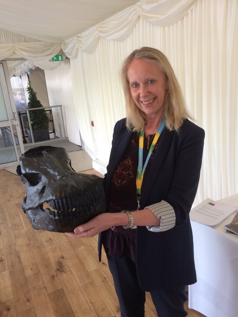 Liz_McInnes_MP_and_Dippy_the_Diplodocus.jpg