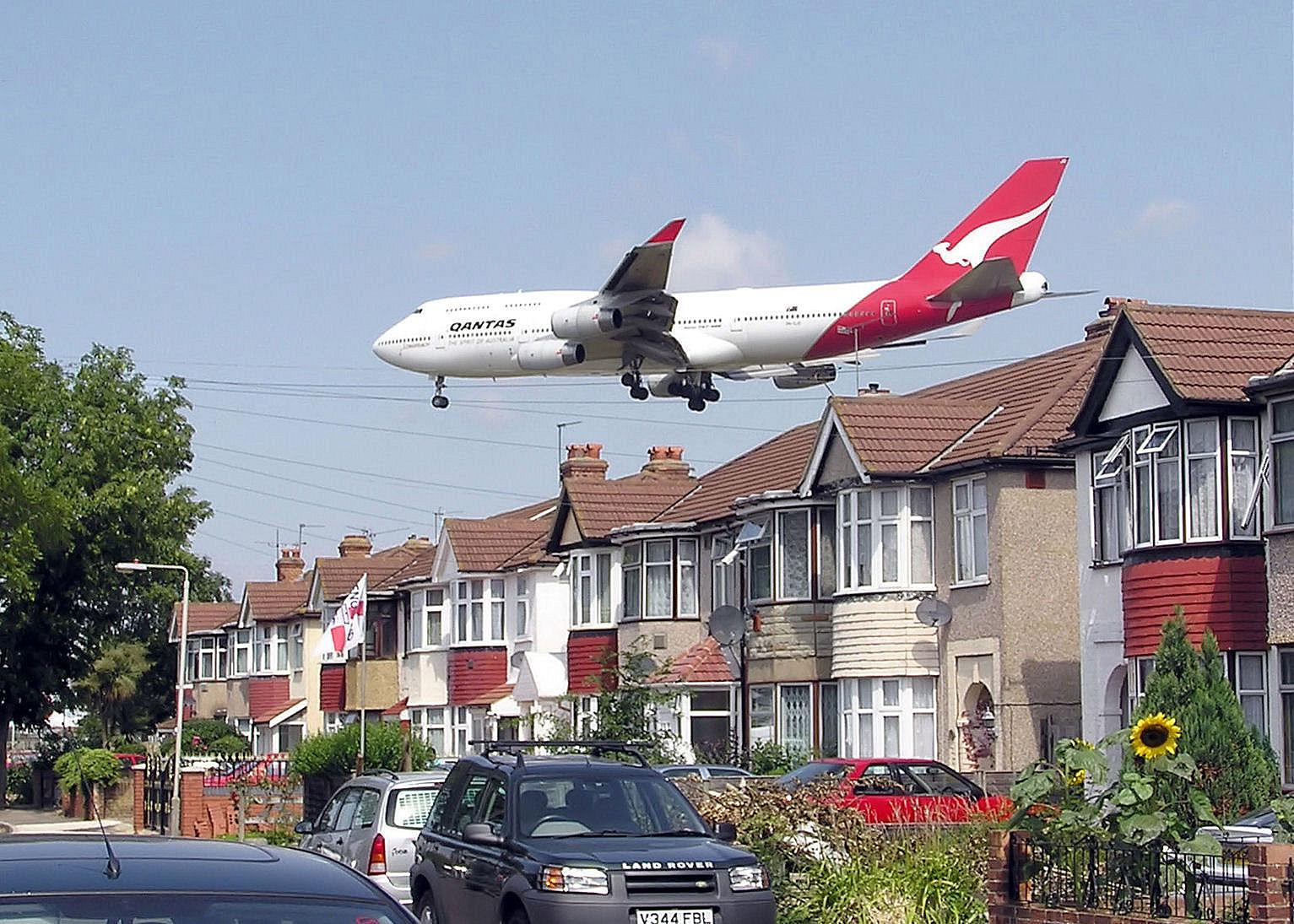 747_over_houses_arp.jpg