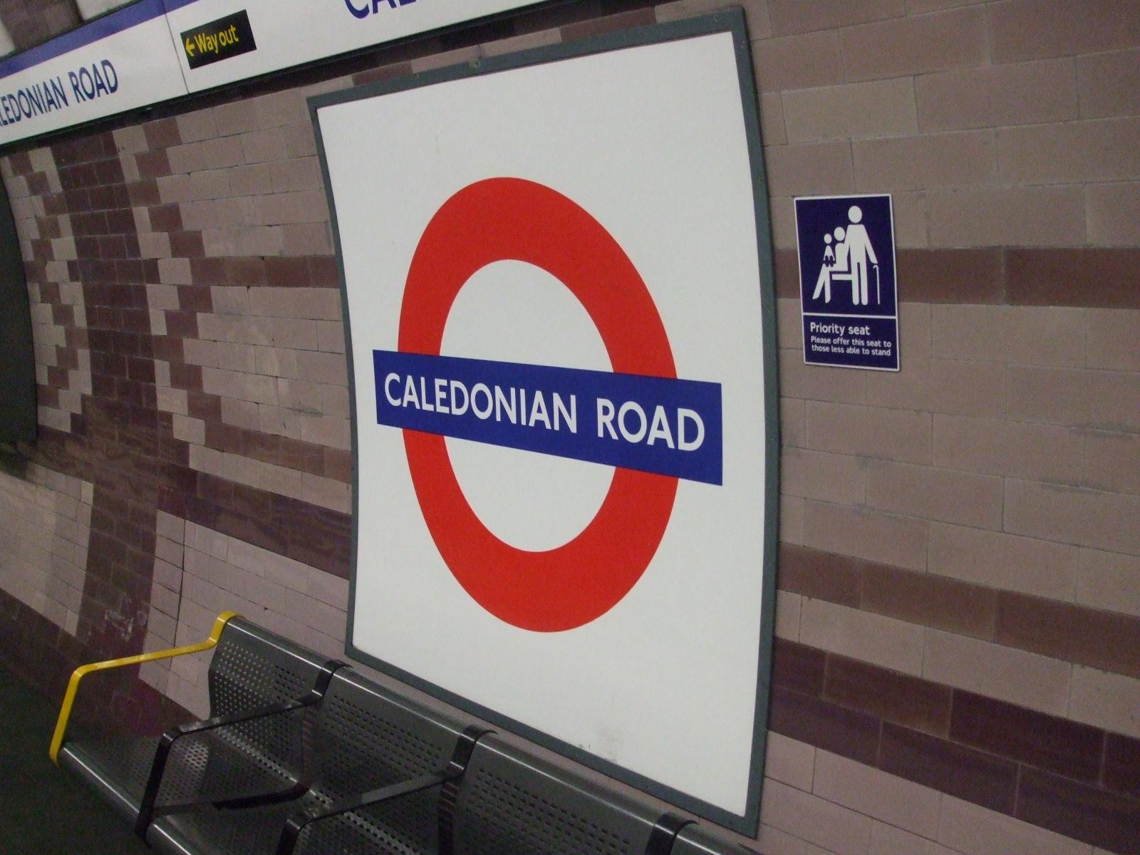 Caledonian_Road_stn_roundel.JPG