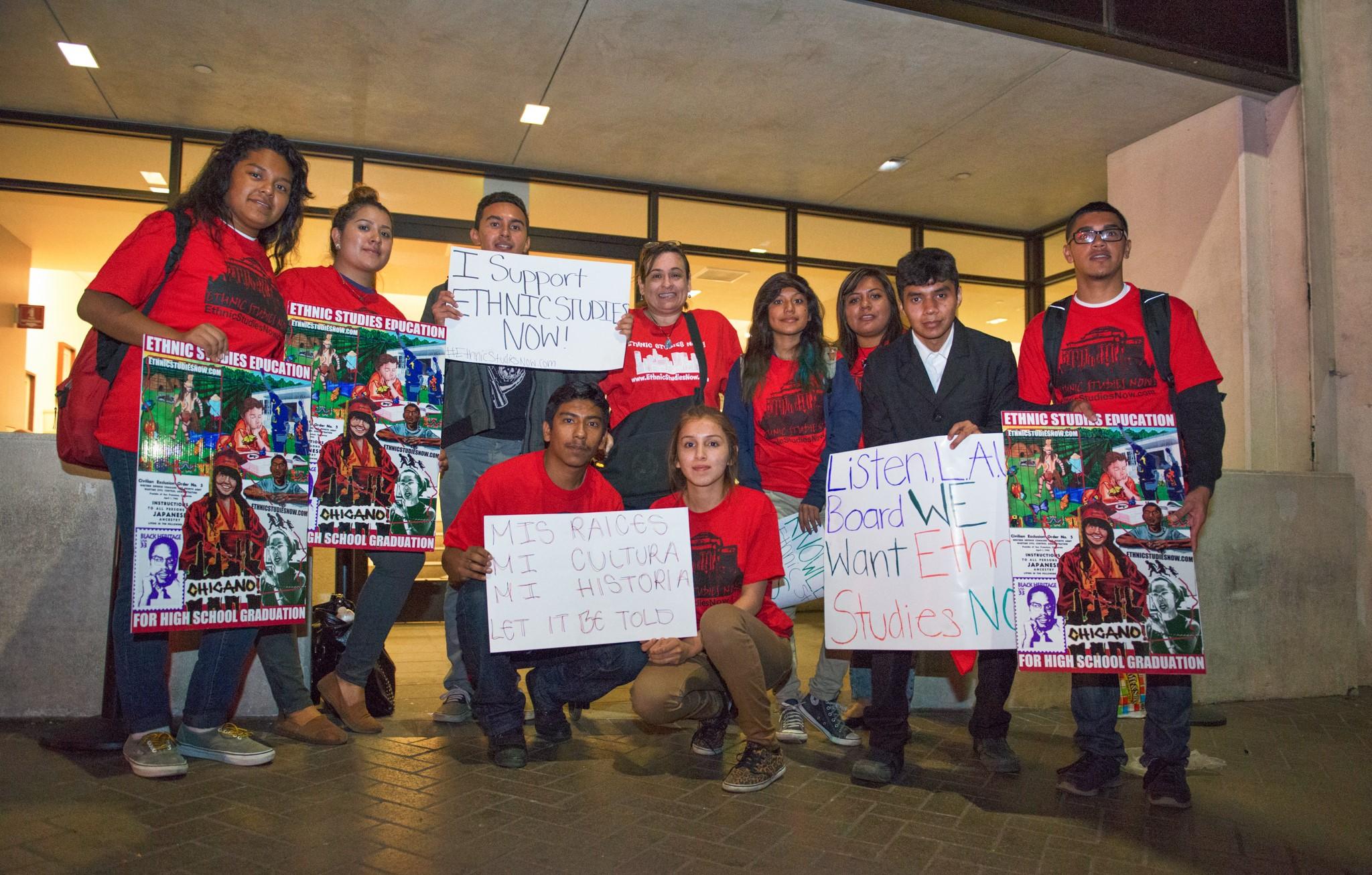 credit_Revo_Grafia_-_victory_-_after_vote_-_10_students_and_Martha_Sanchez_-_ESNC.jpg